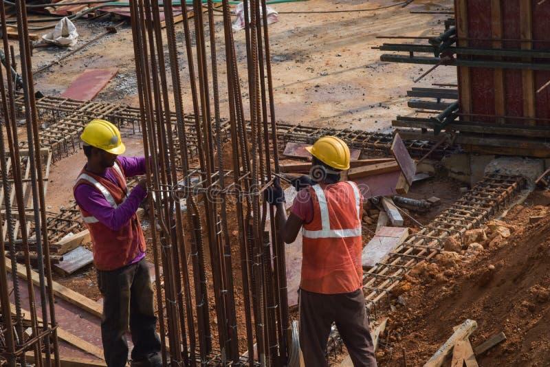 De arbeiders van de bouwProjectleiding op plicht stock foto