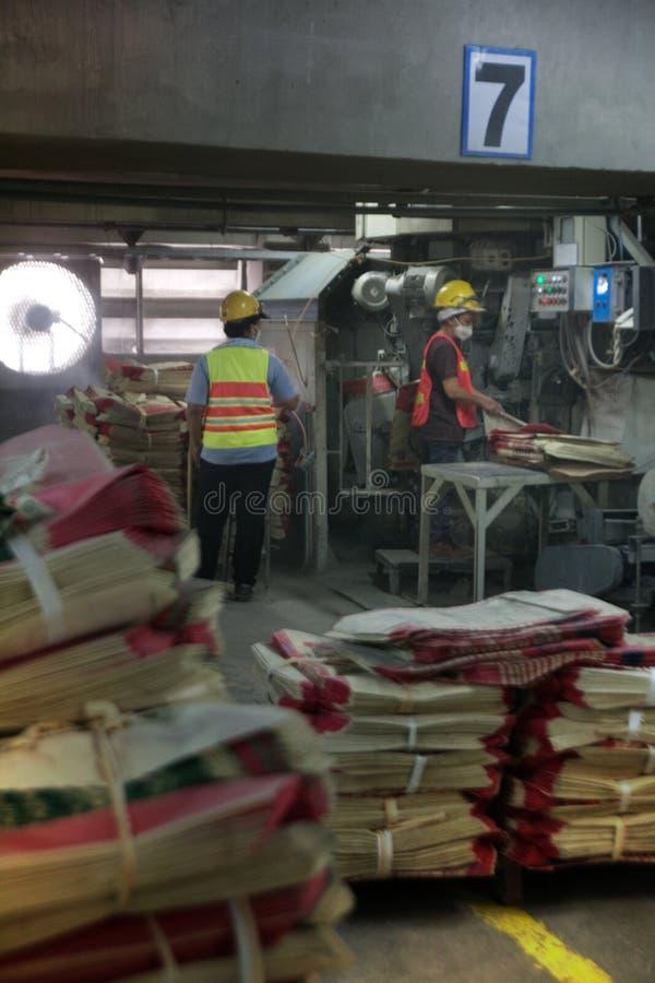 De arbeiders van de cementfabriek stock foto