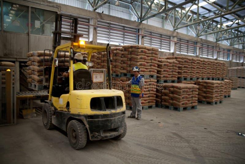 De arbeiders van de cementfabriek royalty-vrije stock afbeelding