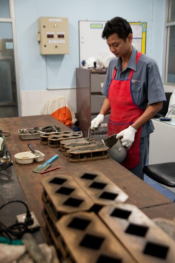 De arbeiders van de cementfabriek stock afbeelding