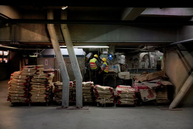 De arbeiders van de cementfabriek royalty-vrije stock foto's