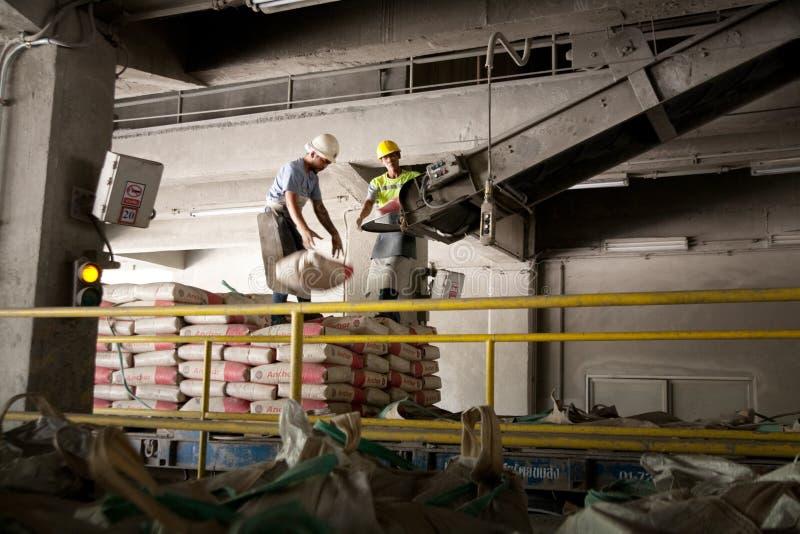 De arbeiders van de cementfabriek royalty-vrije stock foto