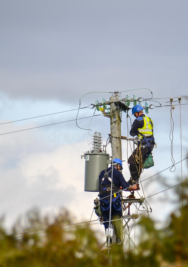 De Arbeiders van de elektriciteitsmacht stock afbeelding