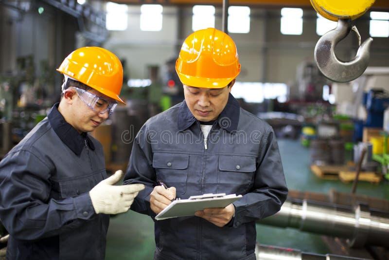 De arbeiders van de fabriek royalty-vrije stock afbeeldingen