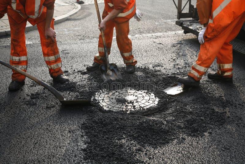 De arbeiders van het asfalt royalty-vrije stock afbeeldingen