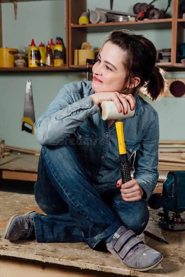 De arbeidersworkshop of garage van de portret hardworking midden oude volwassen professionele vrouwelijke timmerman royalty-vrije stock fotografie