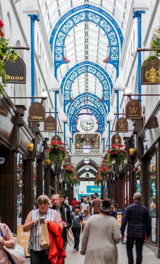 De Arcade van Thornton in Leeds die winkels en klanten tonen stock fotografie