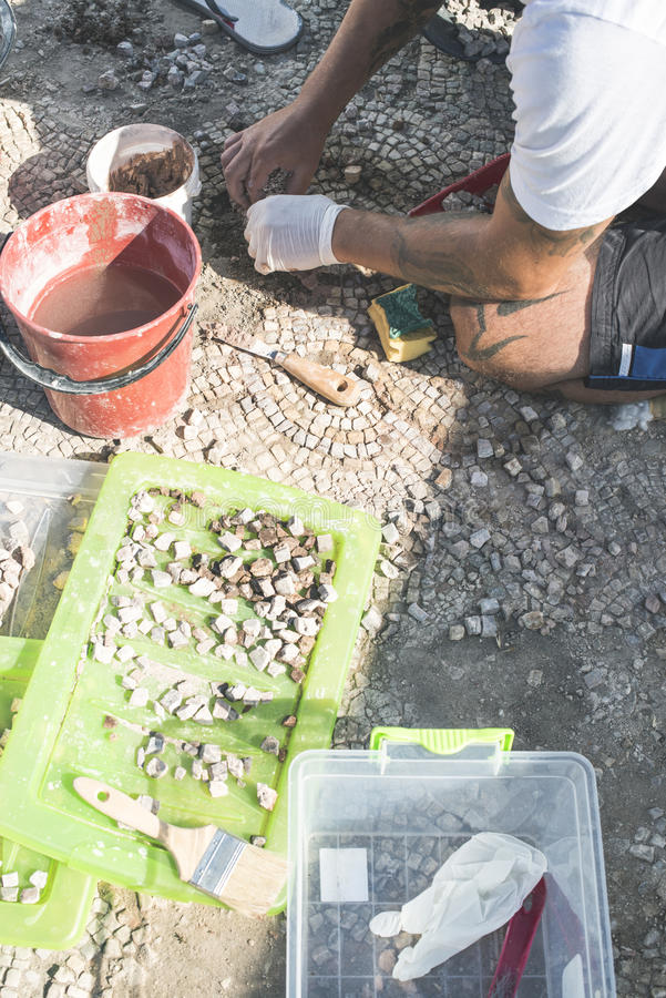 De archeologen krijgen artefactenmozaïek terug stock afbeeldingen