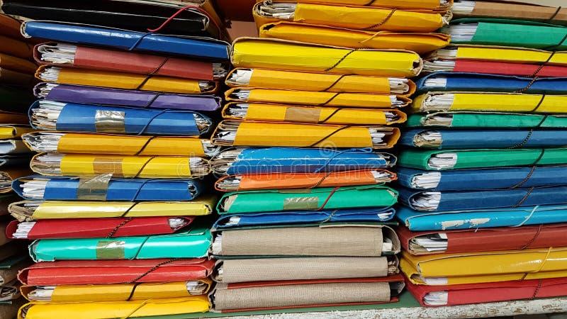 De archieven van dossiersomslagen stapelen kleurenstapel op stock afbeeldingen