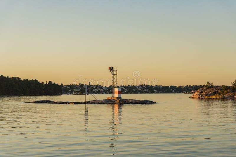 De archipel van de zonsondergangstockholm van de Aspöskärvuurtoren stock fotografie