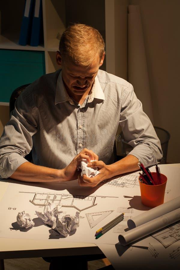 De architect scheurt zijn projecten royalty-vrije stock foto's
