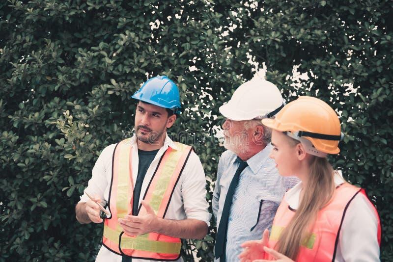 De de architectenontwerper en ingenieur die hun project bespreken en zitten stock fotografie