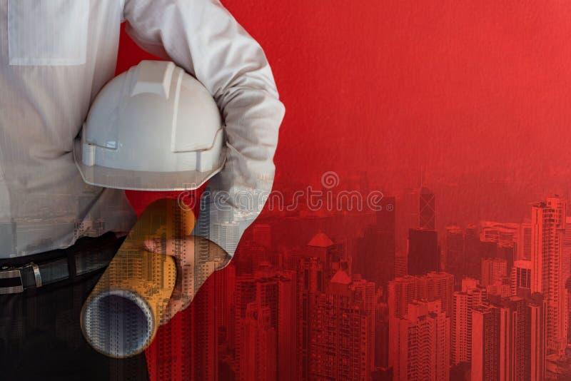 De architecturale tekening van de ingenieursgreep dichtbij rode muur royalty-vrije stock afbeeldingen