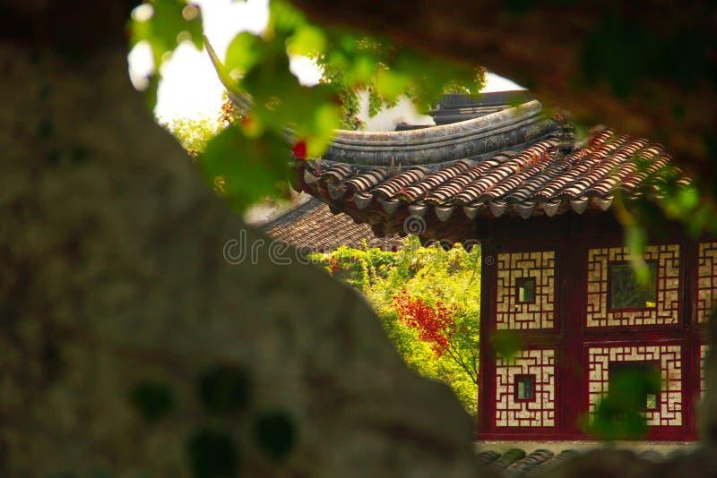 De architectuur en de zolder van het Treuzelen van Tuin in Suzhou, China stock afbeelding