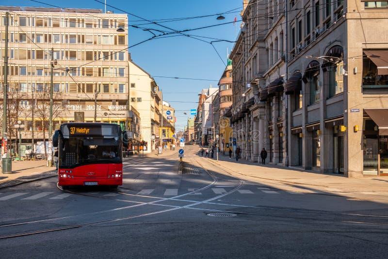 De architectuur oude bouw met binnen de stad in verkeer door rode bus stock foto