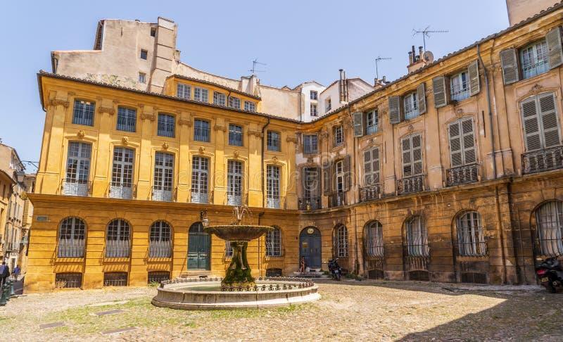 De architectuur van de Albertasplaats in Aix-en-Provence royalty-vrije stock afbeelding