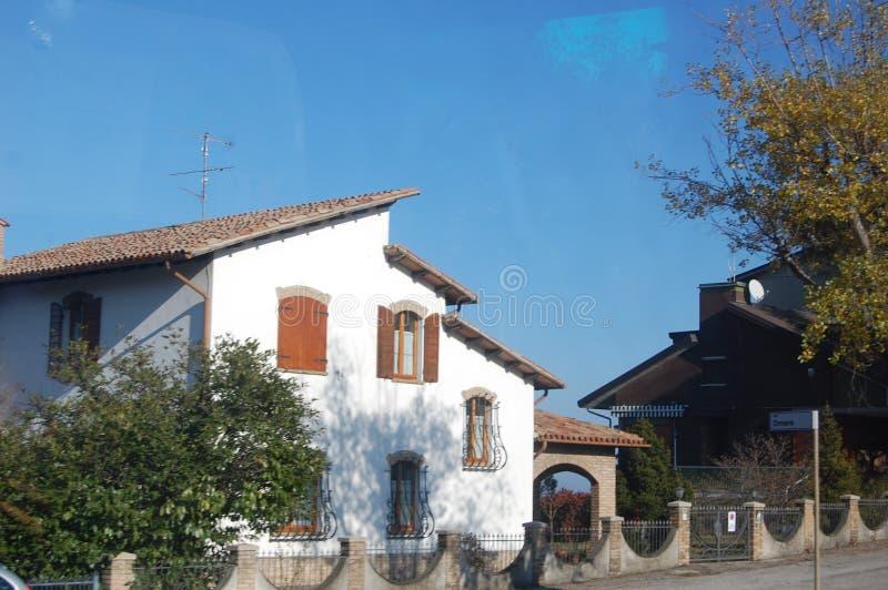 De architectuur van city-state van San Marino, de betegelde daken en de overspannen vensters worden bewaard zoals in middeleeuws  stock foto