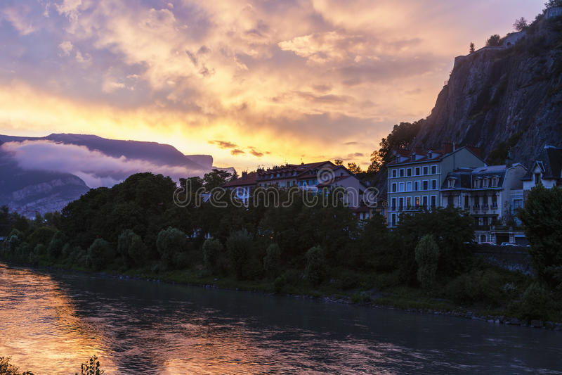 De architectuur van Grenoble langs Isere-Rivier royalty-vrije stock afbeeldingen