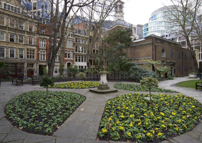 De Architectuur van Londen, st Mary kerk achtertuin stock foto