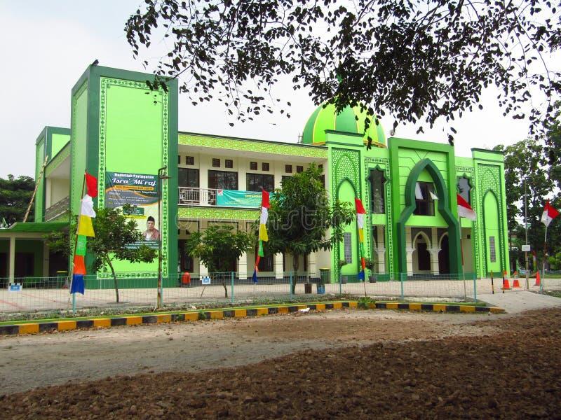 De architectuur van de moskee met groene verf en sommige Indonesische vlaggen stock afbeelding