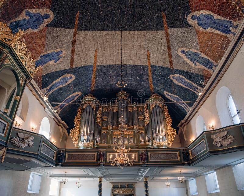 De architectuur van plafond met kroonluchterlicht in de Kathedraal van Oslo, Oslo Domkirke, vroeger de kerk van onze Verlosser is stock afbeeldingen