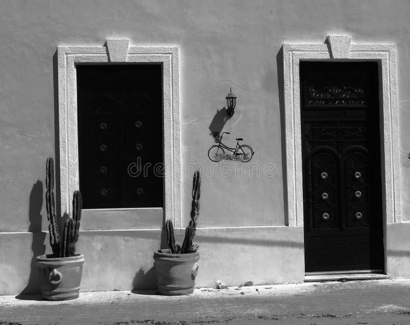 De architectuur zwart-wit Mexico van voordeurhuizen stock foto