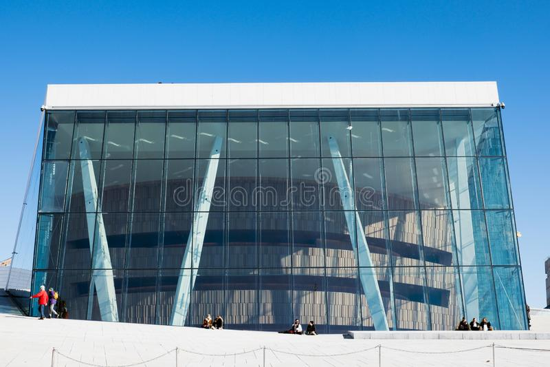 De architectuurbouw met blauw glas en toeristen het reizen en ontspanning bij Operahuis royalty-vrije stock fotografie