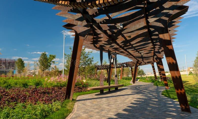 De architectuurpark van Tufelevaroscha in Moskou De zomerdag bij de gang van het landschapspark royalty-vrije stock fotografie