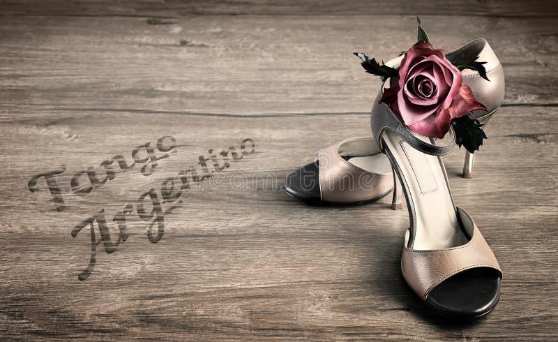 De Argentijnse tangoschoenen en namen op een houten vloer toe royalty-vrije stock afbeelding