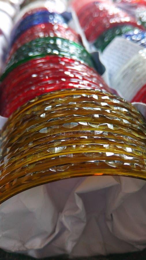 De armbanden van rode, gele kleurenvrouwen royalty-vrije stock afbeelding