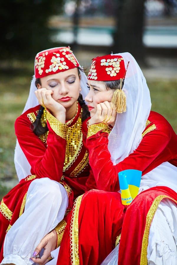 De Armeense Tatar meisjes in folklorekostuums wachten op hun prestaties stock afbeelding