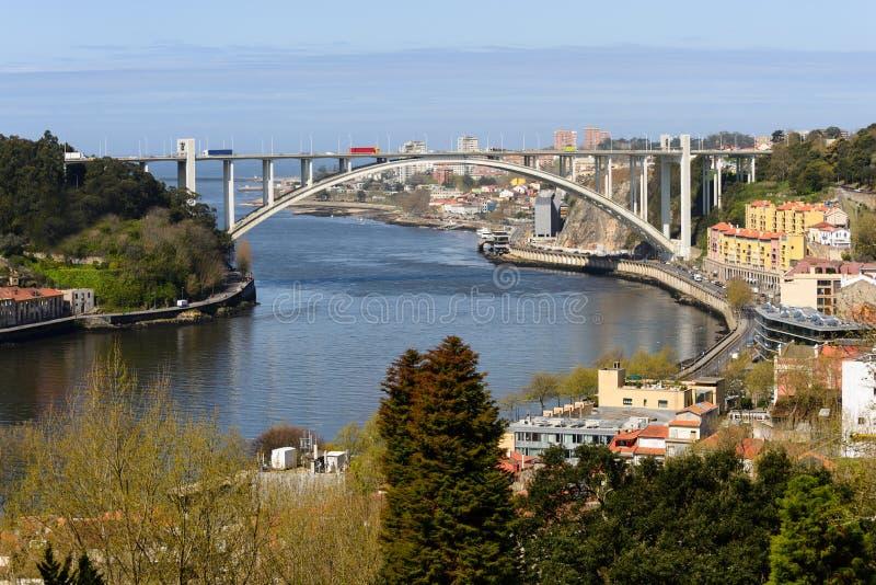 De Arrabida-Brug is één van de bruggen die de Haven van Vila Nova de Gaia scheidt stock foto