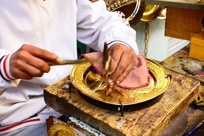 De Artisanale, Gouden Metaalbewerking van Tunis Medina, Tunesië stock afbeelding