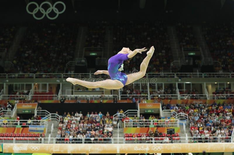 De artistieke turner Aliya Mustafina van Russische Federatie concurreert op de evenwichtsbalk bij vrouwen` s globale gymnastiek i royalty-vrije stock foto