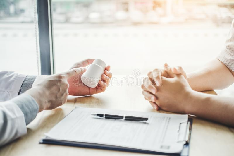 De arts of de arts adviseert pillen medisch voorschrift aan mannelijke Patiënt stock fotografie