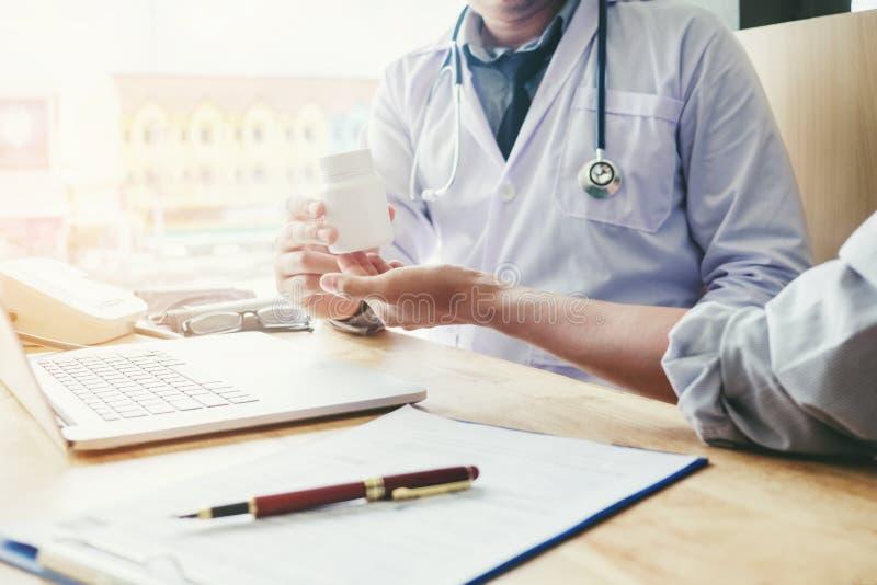 De arts of de arts adviseert pillen medisch voorschrift aan mannetje stock foto
