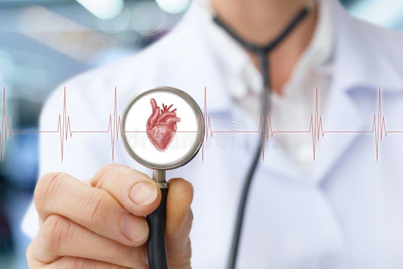 De arts de cardioloog luistert aan het hart stock foto's