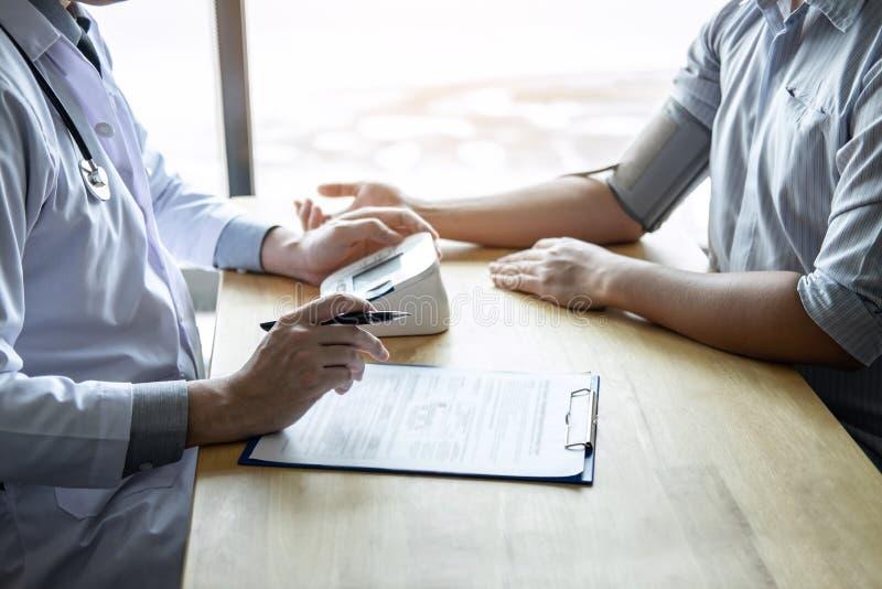 De arts die een het meten bloeddruk gebruiken die patiënt met het onderzoeken, het voorstellen controleren vloeit symptoom voort  stock fotografie