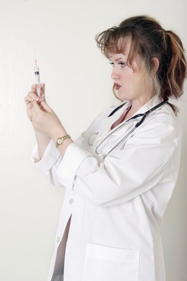 De arts die van de dame omhoog een spuit prepping stock foto's