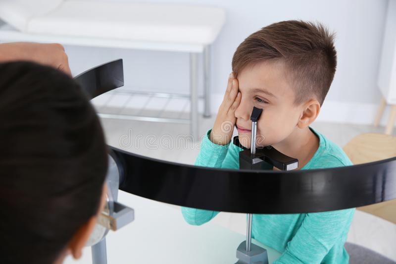 De arts die van kinderen de visie van weinig jongen onderzoeken royalty-vrije stock fotografie