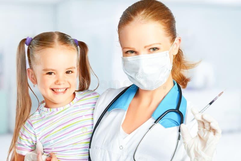 De arts een pediater maakt kind ingeënt royalty-vrije stock foto's
