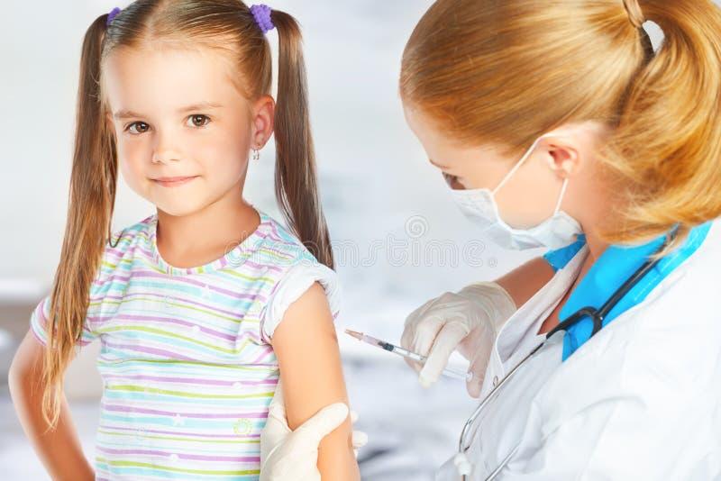 De arts een pediater maakt kind ingeënt stock afbeelding