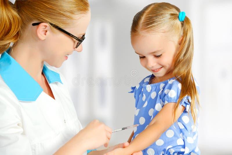 De arts een pediater maakt kind ingeënt royalty-vrije stock afbeeldingen