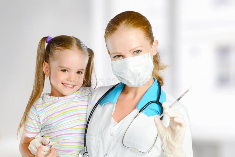 De arts een pediater maakt kind ingeënt stock foto