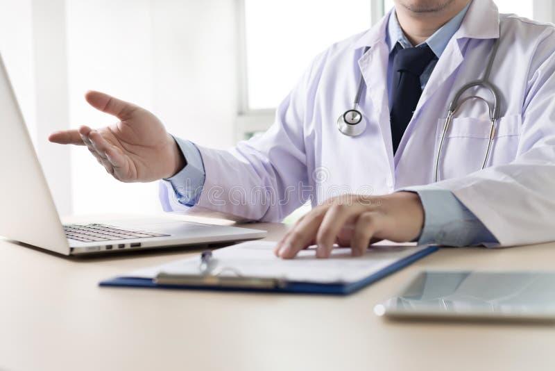 De arts en de patiënt bespreken iets, enkel doc. van de handenbespreking royalty-vrije stock foto