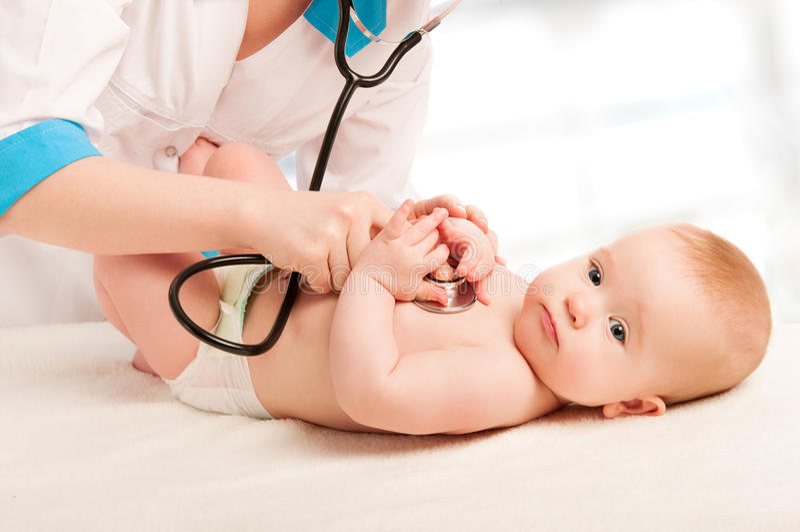 De arts en de patiënt van de pediater - klein kind stock afbeelding