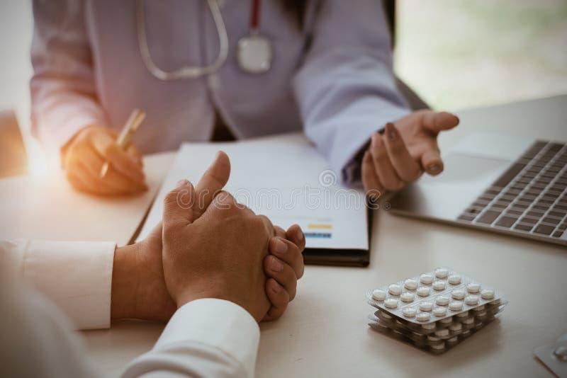 De arts en de patiënt hebben overleg en het richten bij laptop comp stock afbeelding