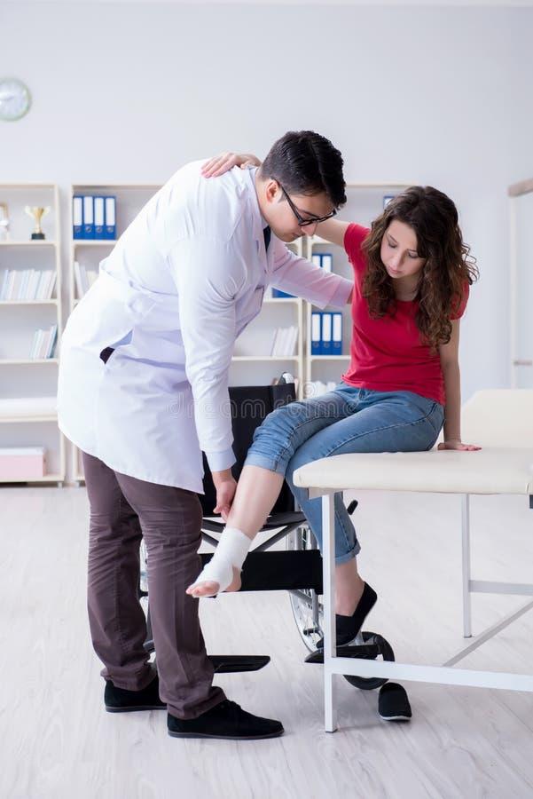 De arts en de patiënt tijdens controle voor verwonding in het ziekenhuis royalty-vrije stock fotografie