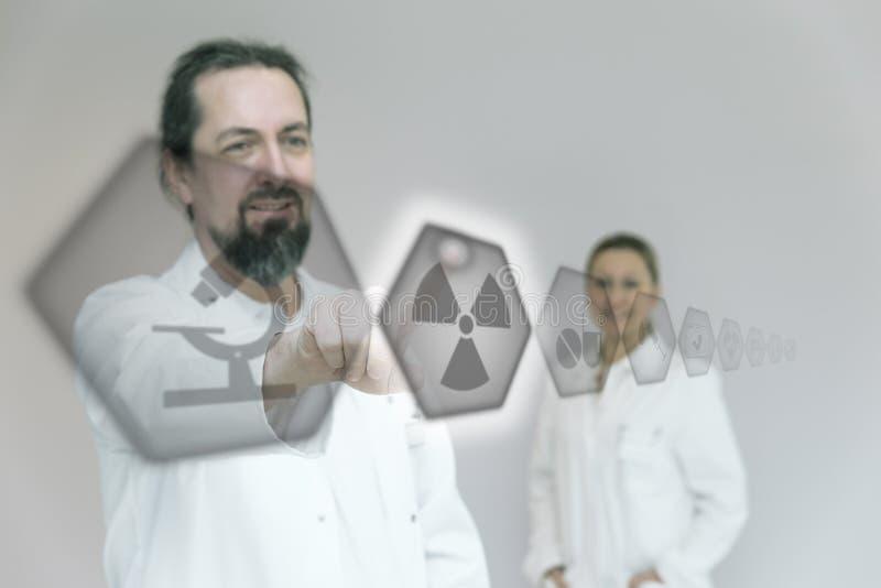 De arts gebruikt interactieve pictogrammen stock foto