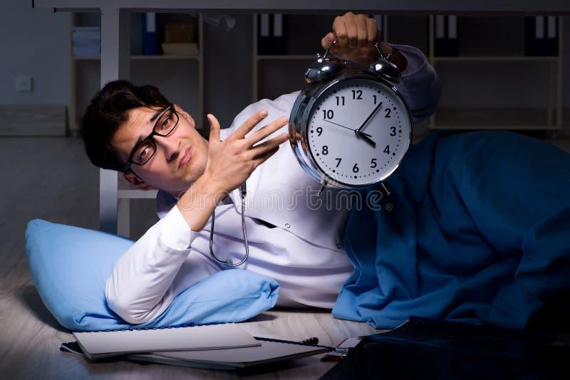 De arts het werk nachtploeg in het ziekenhuis na lange uren stock afbeelding
